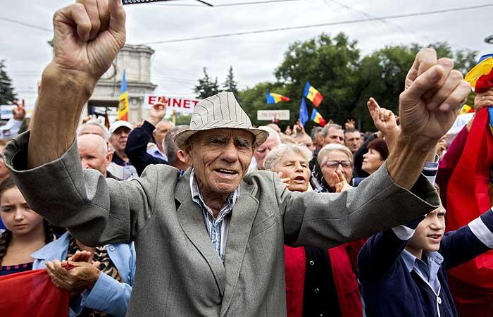 Тысячи человек вновь вышли на улицы Кишинева с требованием всеобщих выборов