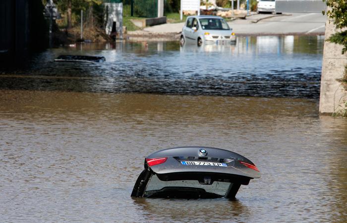 Число жертв наводнений на юге Франции выросло до 18 человек