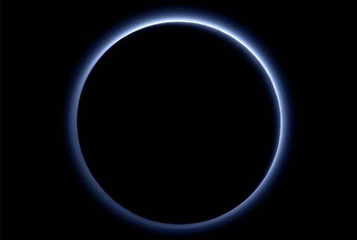 Над Плутоном обнаружили голубое небо
