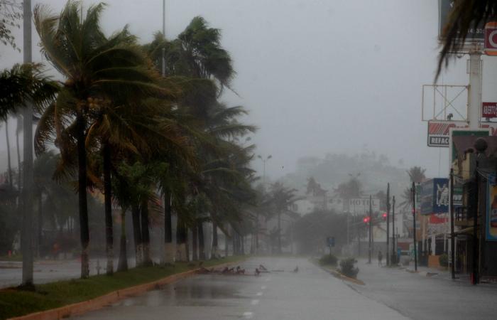 """Сильнейший в истории планеты ураган """"Патрисия"""" достиг берегов Мексики"""
