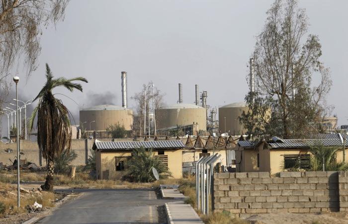 """СМИ рассказало о доходах """"Исламского государства"""" от продажи нефти"""