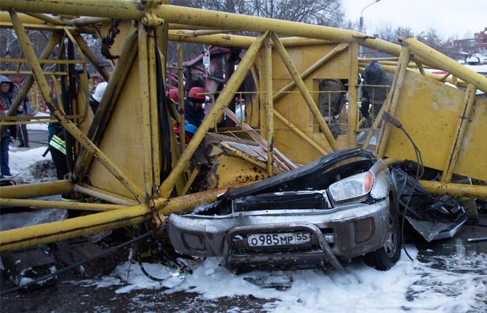 При падении крана в Омске погибли четыре человека