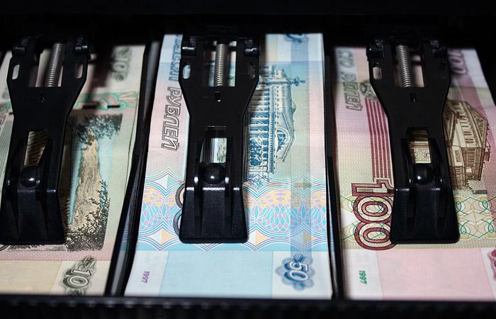 Рубль снизился к доллару и евро на фоне падения цен на нефть