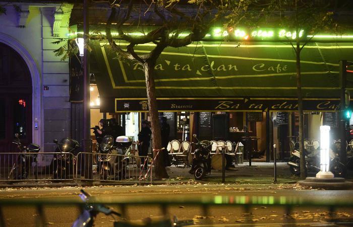 Неизвестные захватили около 100 заложников в парижском театре