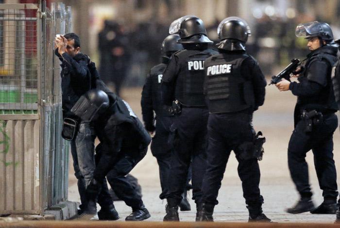 Полиция ликвидировала трех предполагаемых террористов в предместье Парижа