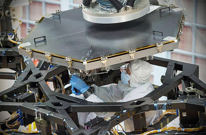 """На телескоп """"Джеймс Уэбб"""" установили первое зеркало"""