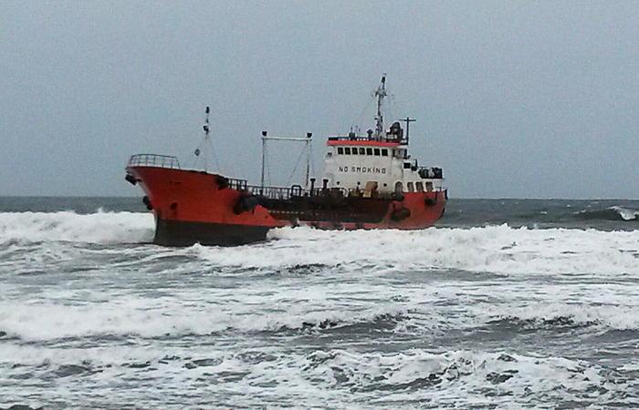 Спасатели начали чистить берег Сахалина от мазута в районе Невельска