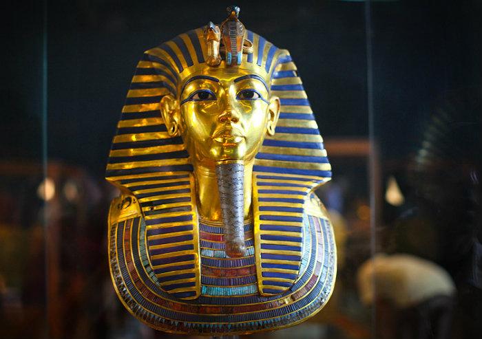 Египетологи назвали Нефертити настоящей хозяйкой маски Тутанхамона
