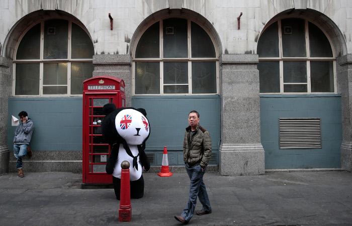 В Великобритании переодетые в панд мужчины ограбили газетный киоск
