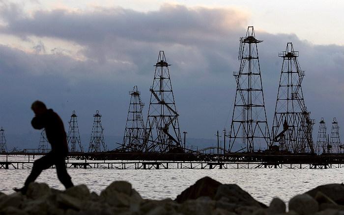 С горящей платформы на Каспии спасены более 25 нефтяников