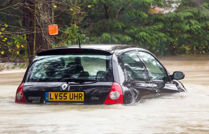 Шторм оставил без света десятки тысяч домов в Великобритании