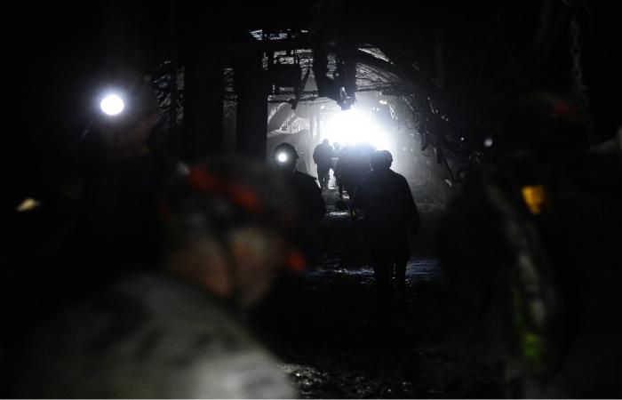 Трое горняков оказались под завалом на угольном разрезе в Кузбассе