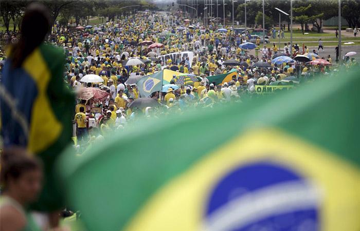 Бразильцы вышли на демонстрации в поддержку импичмента президента