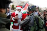 Палестинские Санта-Клаусы подрались с израильскими солдатами