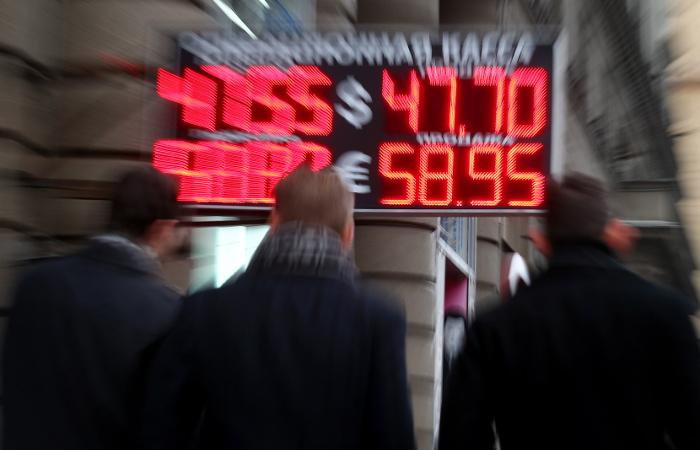 Анкеты клиентов в РФ при обмене валюты на сумму свыше 15 тыс. руб. заполнят банки