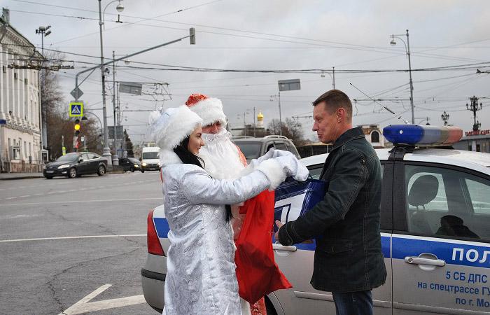 """Столичная ГИБДД запустила акцию """"Полицейский Дед Мороз!"""""""
