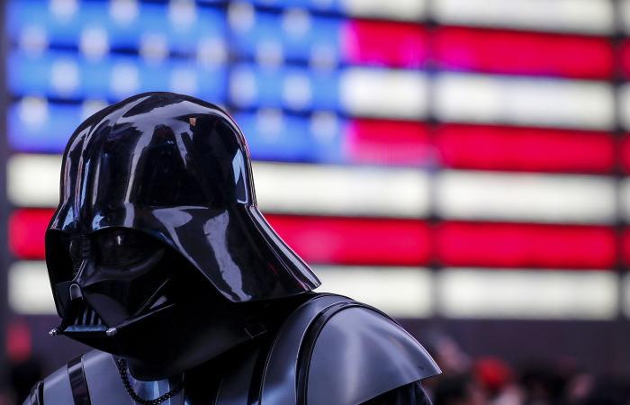 """Новые """"Звездные войны"""" заработали $1 млрд за рекордно короткое время в прокате"""