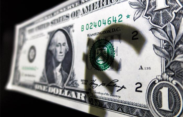 Доллар и евро снизились к рублю утром в среду