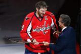 """""""Вашингтон"""" подарил Овечкину золотую клюшку в честь 500 голов в НХЛ"""