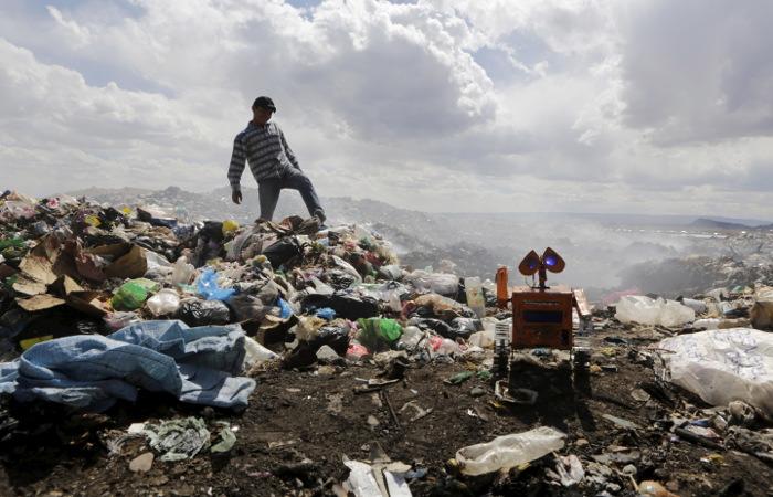 Чилийскую столицу заволокло дымом от горящей свалки