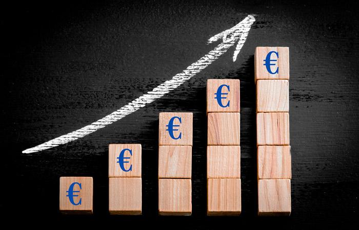 Евро взлетел выше 90 рублей