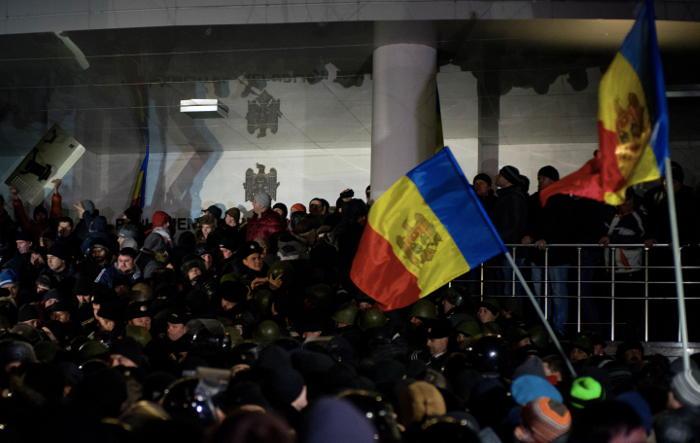 Полиция вывела протестующих из здания парламента Молдавии