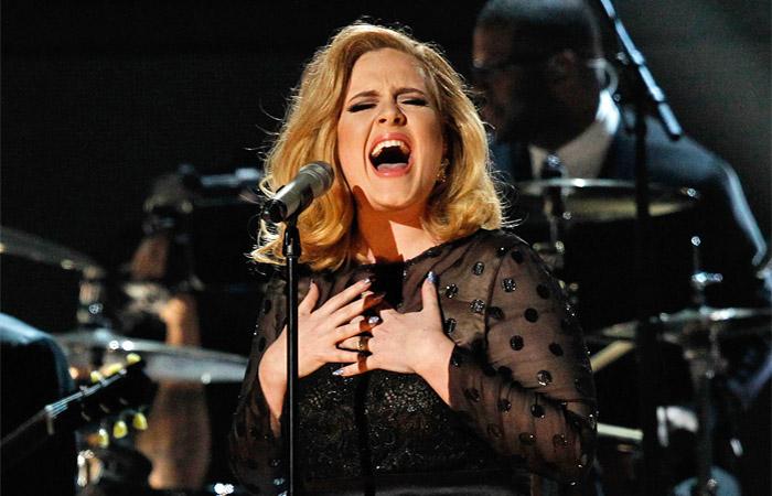 Адель стала самой продаваемой певицей в мире в 2015 году