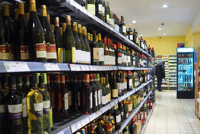Минпромторг предложил разрешить продажу алкоголя у школ и больниц