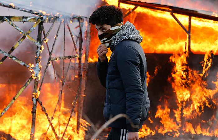 Французские полицейские применили газ при сносе лагеря мигрантов в Кале