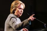 Клинтон призвала найти компромисс в споре Apple и ФБР