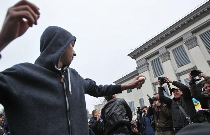 В Киеве участники пикета в защиту Савченко забросали посольство РФ яйцами