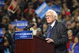 Сандерс победил Клинтон на предварительных выборах в трех штатах