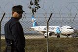 На борту угнанного самолета EgyptAir остался экипаж и пятеро иностранцев