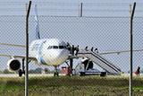 Угонщик А320 согласился освободить еще пятерых заложников