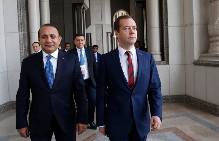 Медведев обсудил с армянским коллегой ситуацию вокруг Нагорного Карабаха