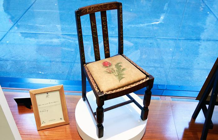 Стул писательницы Джоан Роулинг продали за $394 тыс.