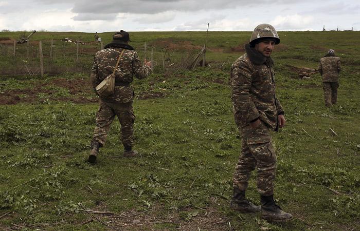 """В зоне карабахского конфликта ввели """"режим тишины"""" для поиска погибших"""