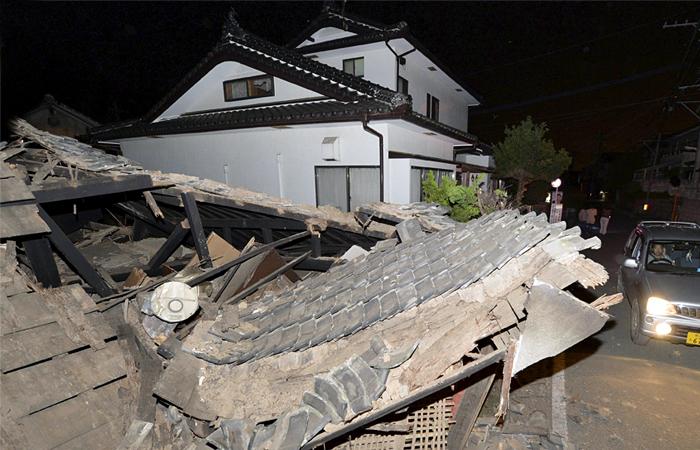 Три человека погибли и более 100 ранены в результате землетрясения в Японии