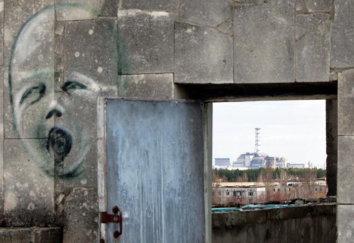 Вид на саркофаг, покрывающий разрушенный четвертый реактор на Чернобыльской АЭС