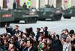 В Москве военная техника выдвинулась на первую ночную репетицию парада. Движение транспорта в центре города ограничено, изменен режим работы нескольких станций метро. Сама репетиция начнется на Красной площади в 22:00 по московскому времени.