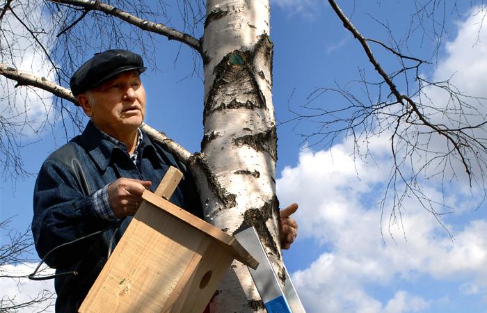Мэр Москвы Юрий Лужков во время городского субботника в Тропаревском лесопарке, апрель 2006 год
