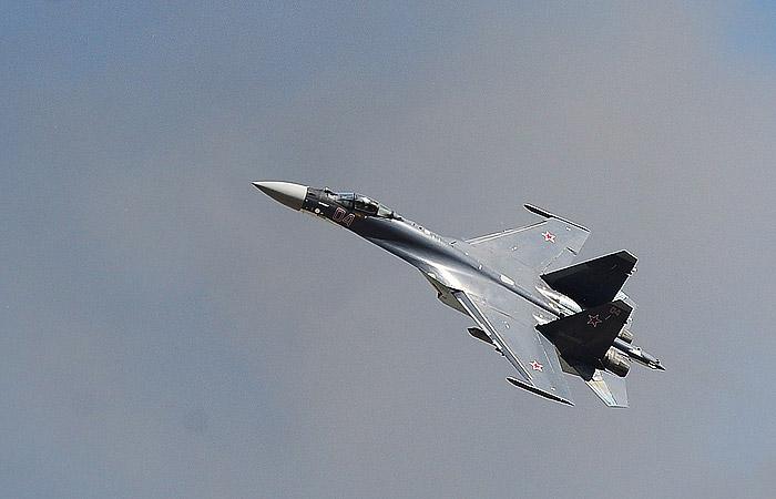 Самолет Су-27 совершил вынужденную посадку в Липецке