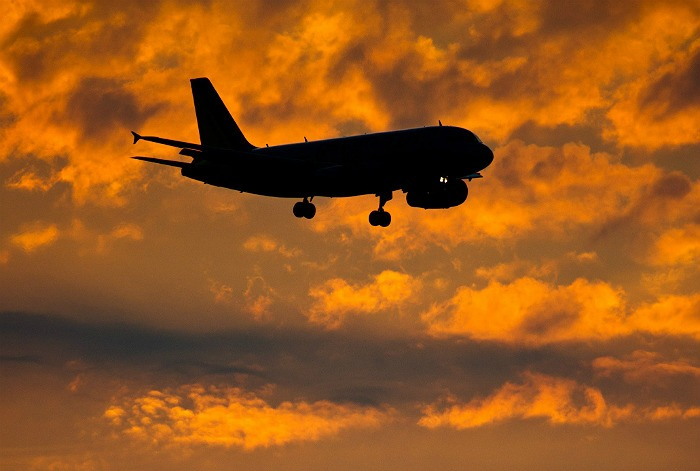 Неопознанный самолет опасно сблизился с двумя лайнерами над Японским морем