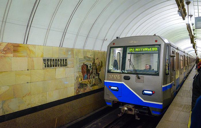 Несколько человек забрались накрышу поезда вмосковском метро