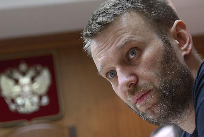 Навального досмотрели после допроса и проведут обыск у него дома