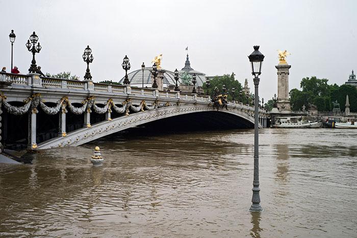 Уровень воды в Сене в центре Парижа поднялся на шесть метров