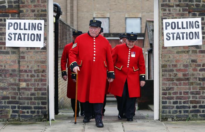 """Пенсионеры """"Челси"""" покидают избирательный участок"""
