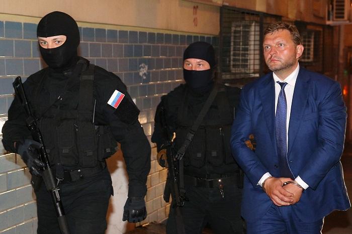 Источник сообщил об ошибочном привозе губернатора Белых в суд