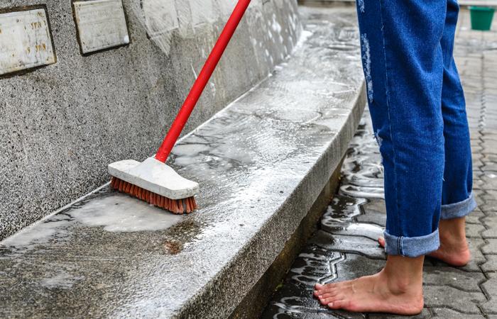 Гонщик наGelandewagen начал чистить фонтаны в российской столице