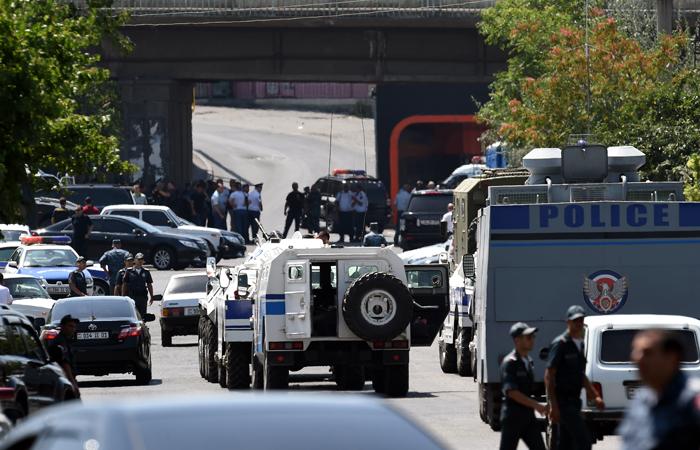 Захватившая отделение полиции в Ереване группировка отпустила двух заложников